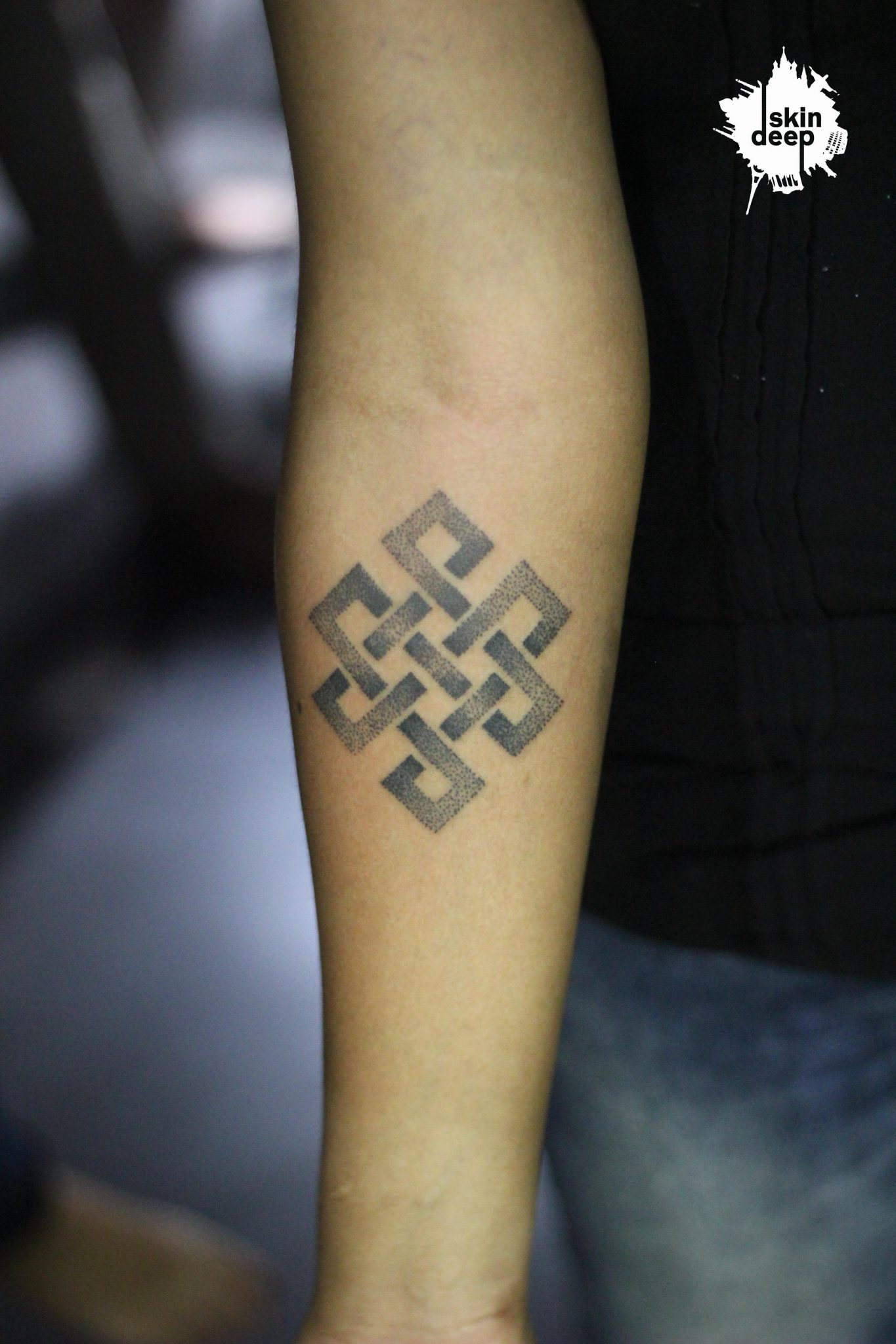 Grey Scale – Endless Knot